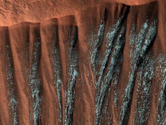 Обвалы в северном полушарии Марса с приходом весны