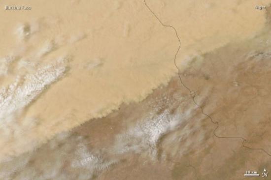 Буря в пустыне Сахара со спутника