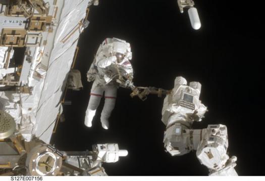 астронавт Дейв Уольф (Dave Wolf) работает в открытом космосе - STS-127