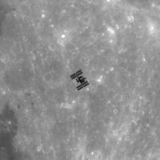 МКС на фоне Луны крупным планом