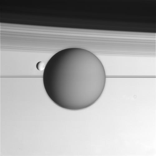 Безумно красивые фотографии Титана и Энцелада
