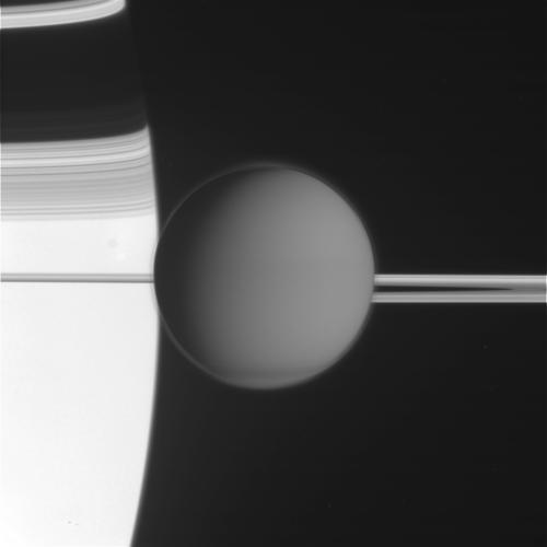 Титан прижался к Сатурну и его кольцам