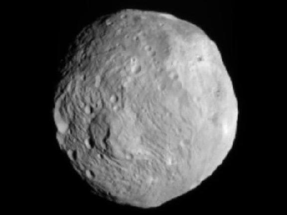 """Космический аппарат """"Рассвет"""" получил изображение гигантского астероида Веста"""