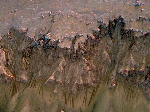 На Марсе найдены следы жидкой соленой воды
