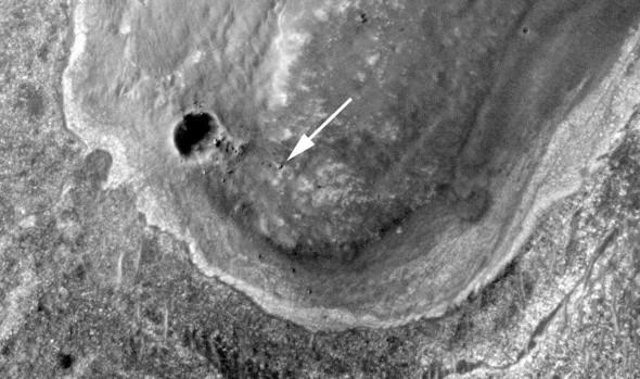 """Ровер """"Opportunity"""" был сфотографирован в кратере Индевор 10 сентября 2011 года. Эта фотография была сделана с помощью камеры HiRISE на борту Mars Reconnaissance НАСА Orbiter (MRO). Марсоход путешествовал почти три года, чтобы достичь этой местности, которая содержит породы еще более древним, чем те, что ровер исследовал в начале своей миссии."""