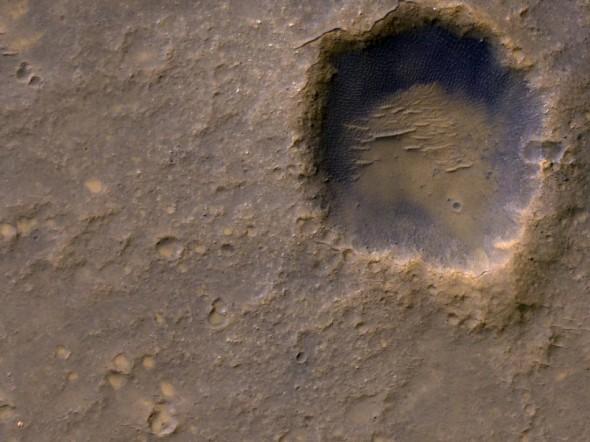 """Марсоход """"Спирит"""" можно заметить, если посмотреть в левый нижний угол изображения"""