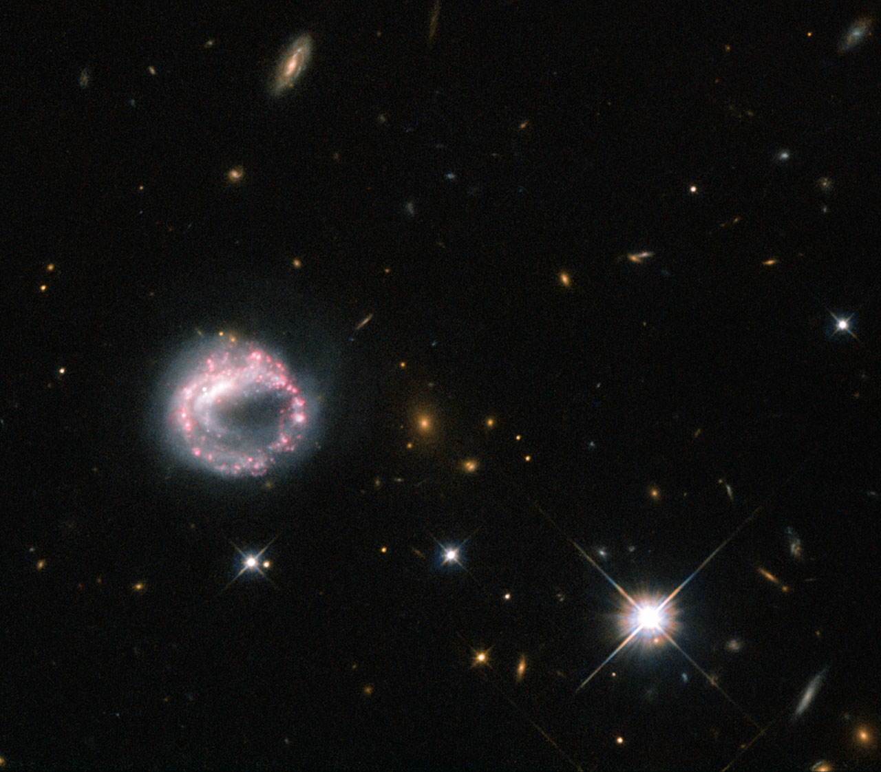 Кольцевая галактика Zw II 28 на снимке Хаббла