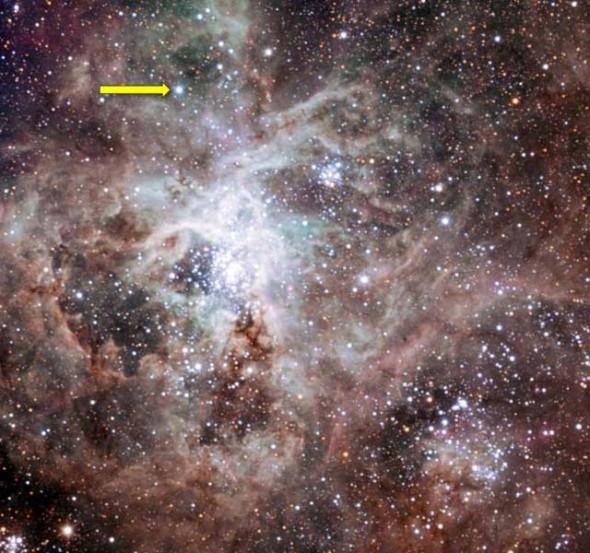 Две звезды (указано стрелкой), как представляется, весят вместе в 200-300 раз больше Солнца и, возможно, весили до 400 солнечных масс, когда родились.