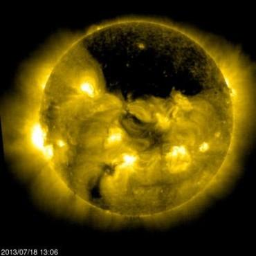 Огромная корональная дыра на Солнце