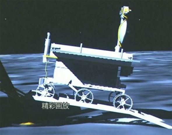 Китайский луноход съехал на поверхность Луны
