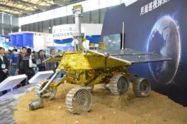 Первый в истории Китая луноход добрался до Луны