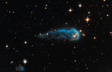 Ярко-синий головастик плывущий сквозь черное пространство космоса