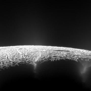 Кассини открыл более 100 различных гейзеров на Энцеладе