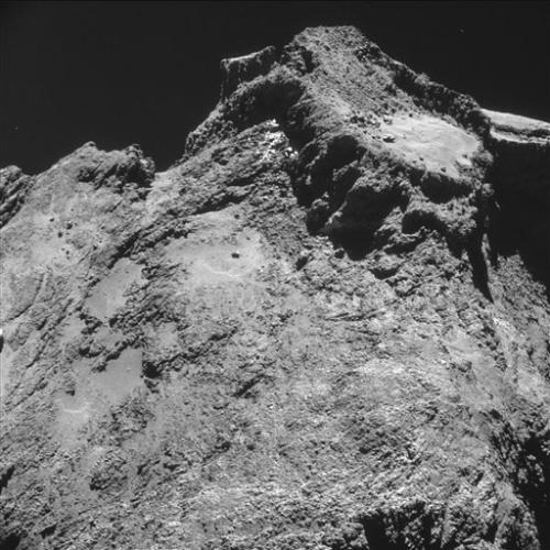 Это изображение было сделано навигационной камерой на борту аппарата Rosetta  с расстояния 9,8 км от центра кометы (7,8 км от поверхности) 24 октября 2014 года.