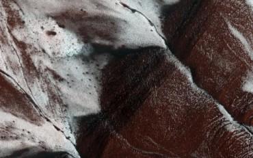 НАСА опубликовало фото снежного склона на Марсе