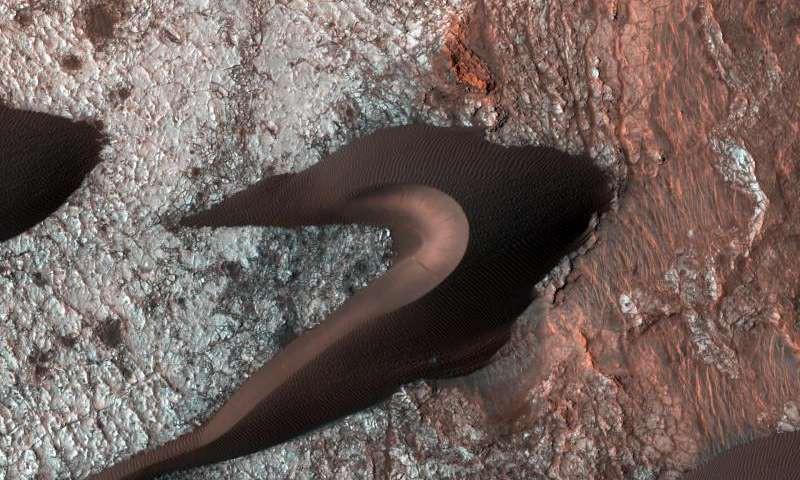 Что скрыто под дюнами на Марсе?