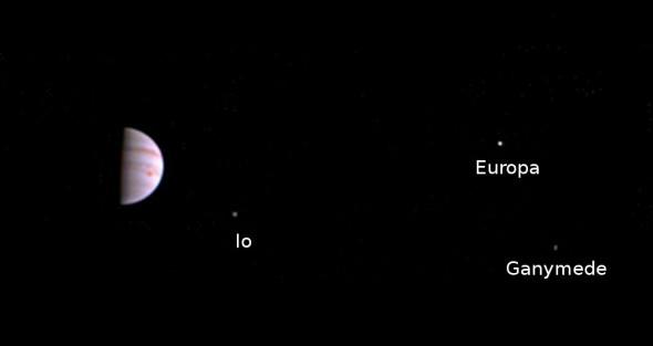 Привет, Юпитер! Juno прислал первое фото