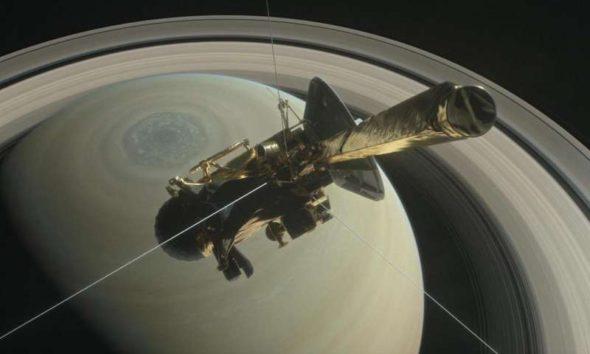 Космический аппарат Cassini напротив Сатурна и его колец