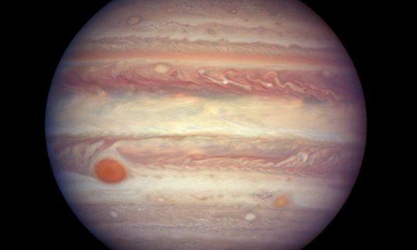 Эта фотография Юпитера была сделана космическим телескопом Хаббл, когда планета находилась на расстоянии 670 миллионов километров от Земли.